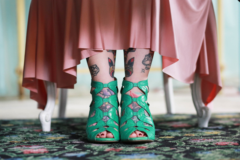 love the contrast of the blush with this dark mint.. oh and Sarah's awesome tattoos!