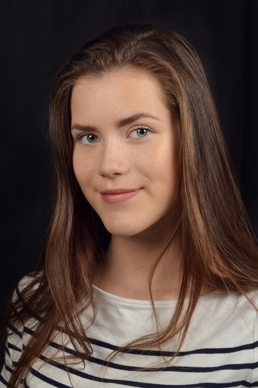 Ida sitt portrett av Mari, tatt i studio med blits.