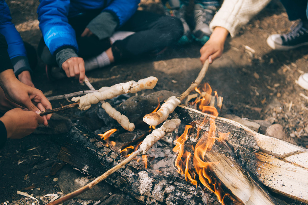 The girls taught our new friend Lee and his girlfriend how to cook bannock over the fire