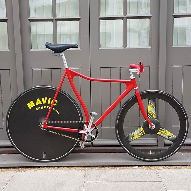 """Fixed gears might not be dead after all... #track #trackbike #lopro #mavic #disc #carbon #tubular #26"""" #red #scary #nobrakes #danger"""