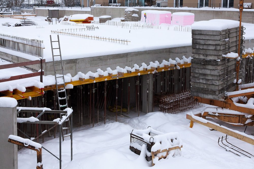house-aspen-5-realities-of-construction-during-the-winter-construction-site-stock-photo