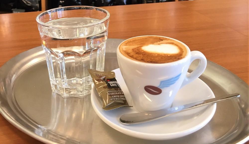 warum wird zum kaffee wasser serviert beans machines alles f r guten kaffee kaffeebohnen. Black Bedroom Furniture Sets. Home Design Ideas