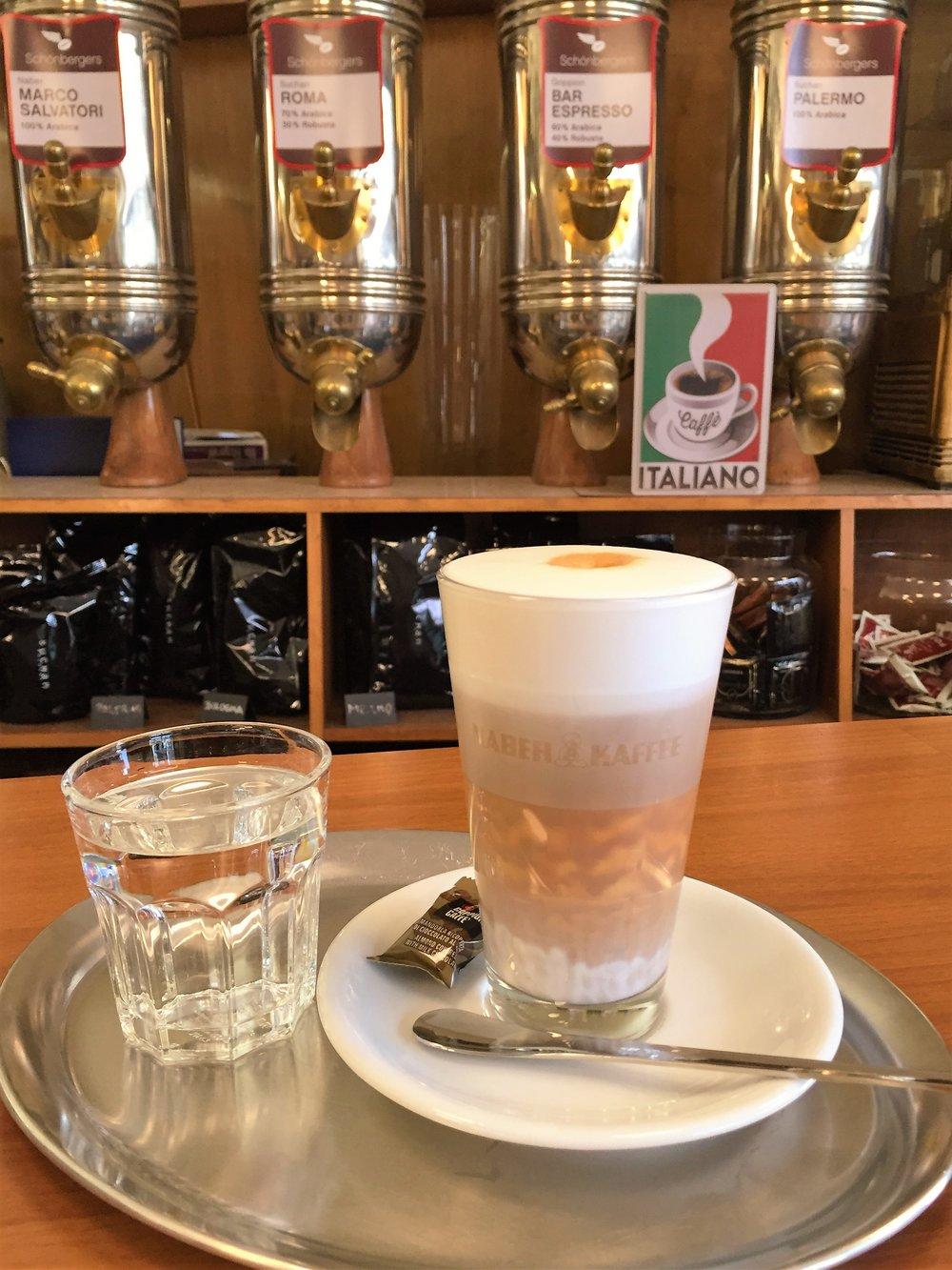 Caffè Latte mit nicht ganz perfekten drei Schichten (das liegt in diesem spezifischen Fall an der höheren Dichte des Kaffees).