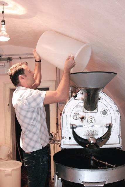 Peter Affenzeller ( Suchan Kaffee ) am Trommelröster