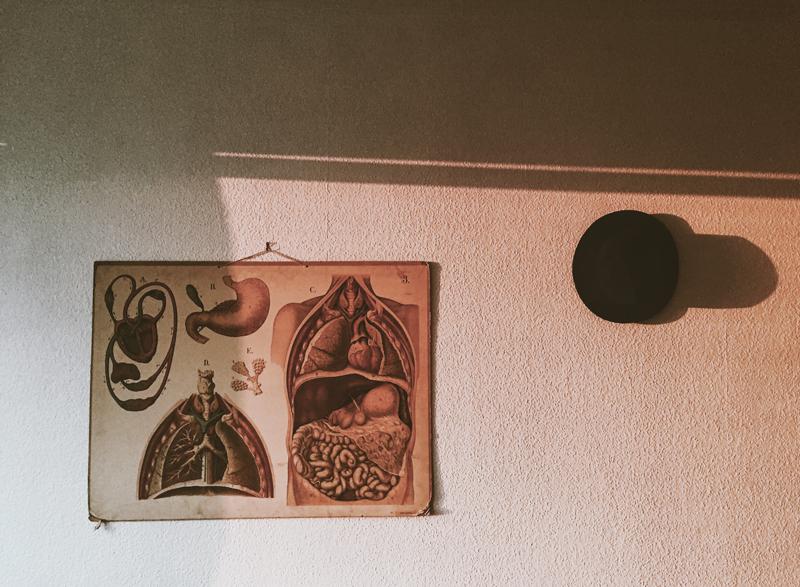 Var hemma sjuk och låg och stirrade in i väggen.