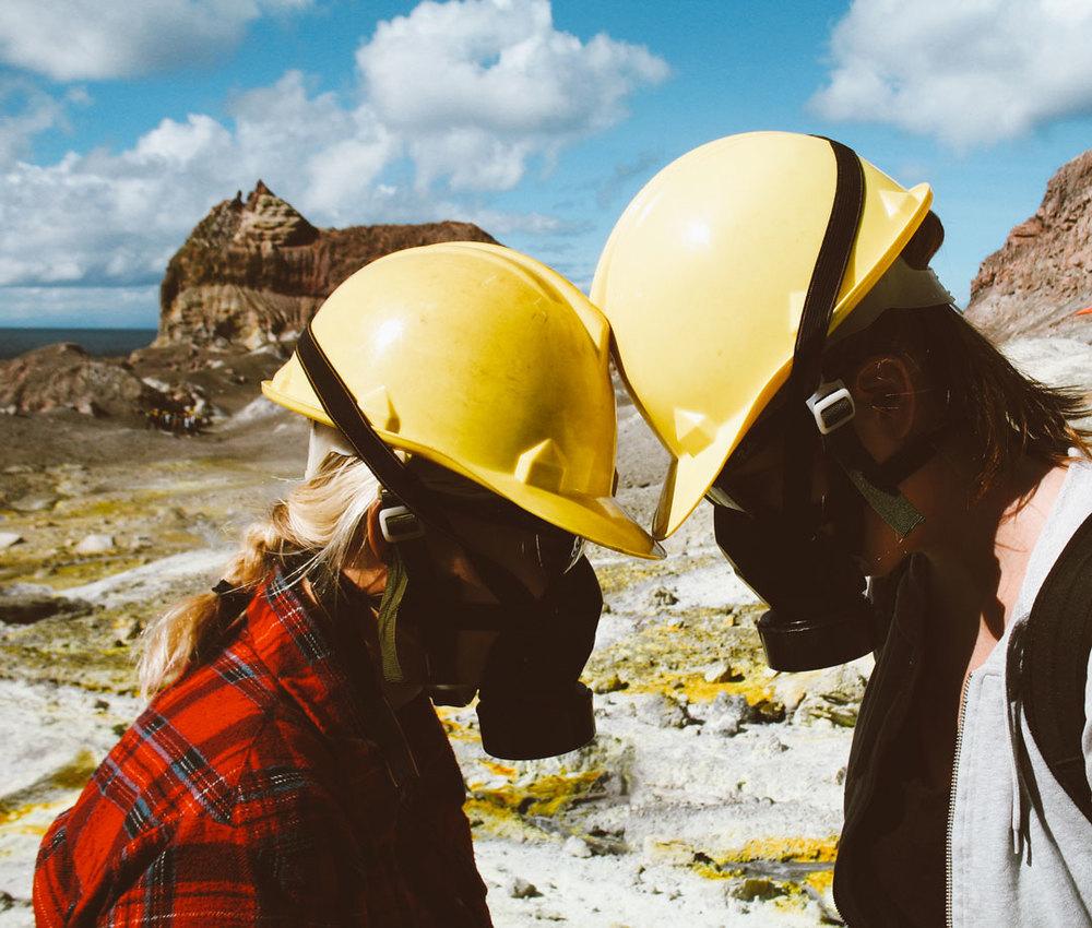 syrgasmasker på aktiv vulkanen White island på Nya Zeeland