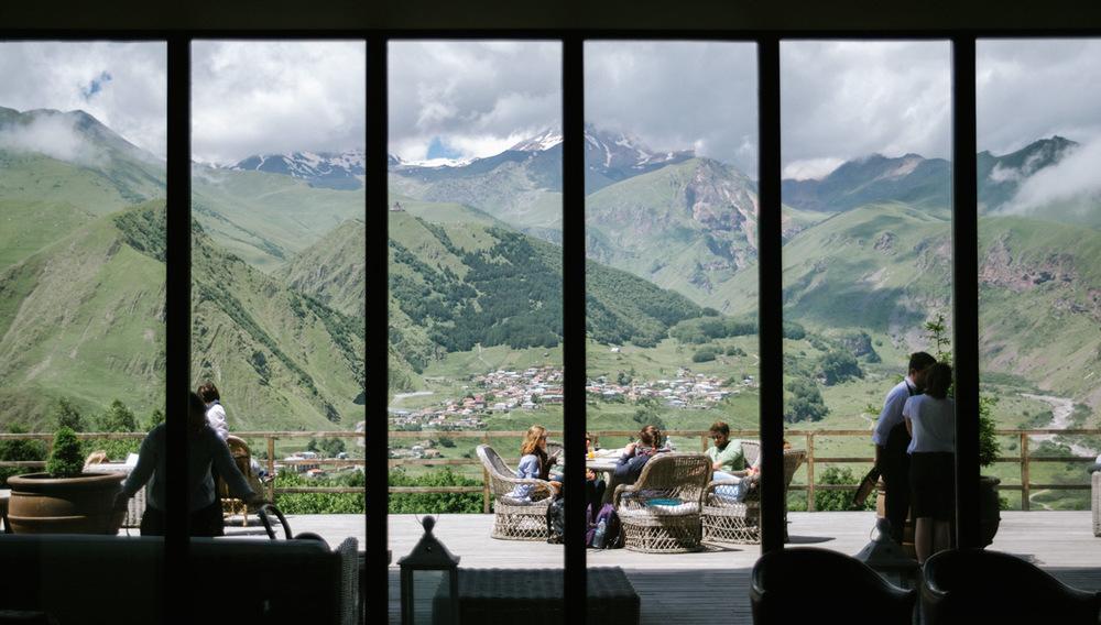 utsikt på rooms hotel i stepantsmida, georgien