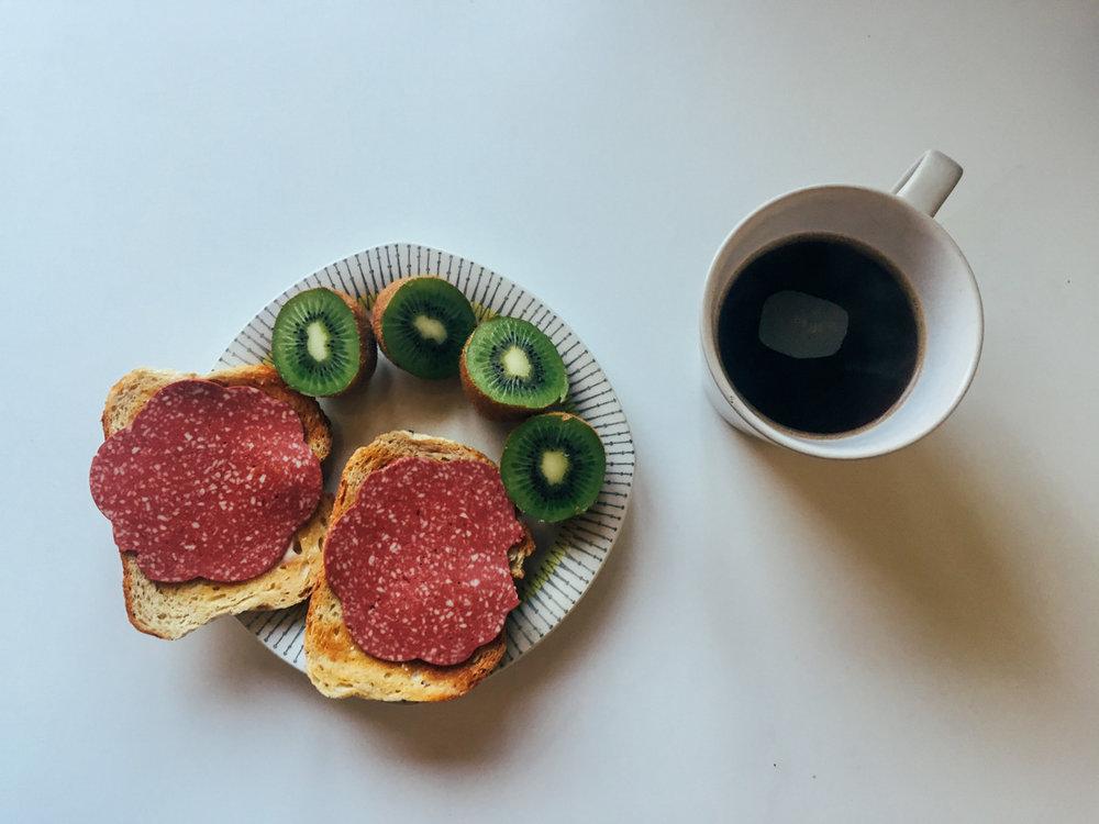 Frukost veganskt pålägg kiwi och kaffe