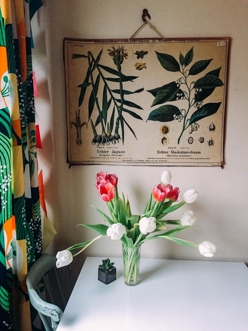 Bohemisk inredning med tulpaner och skolplansch