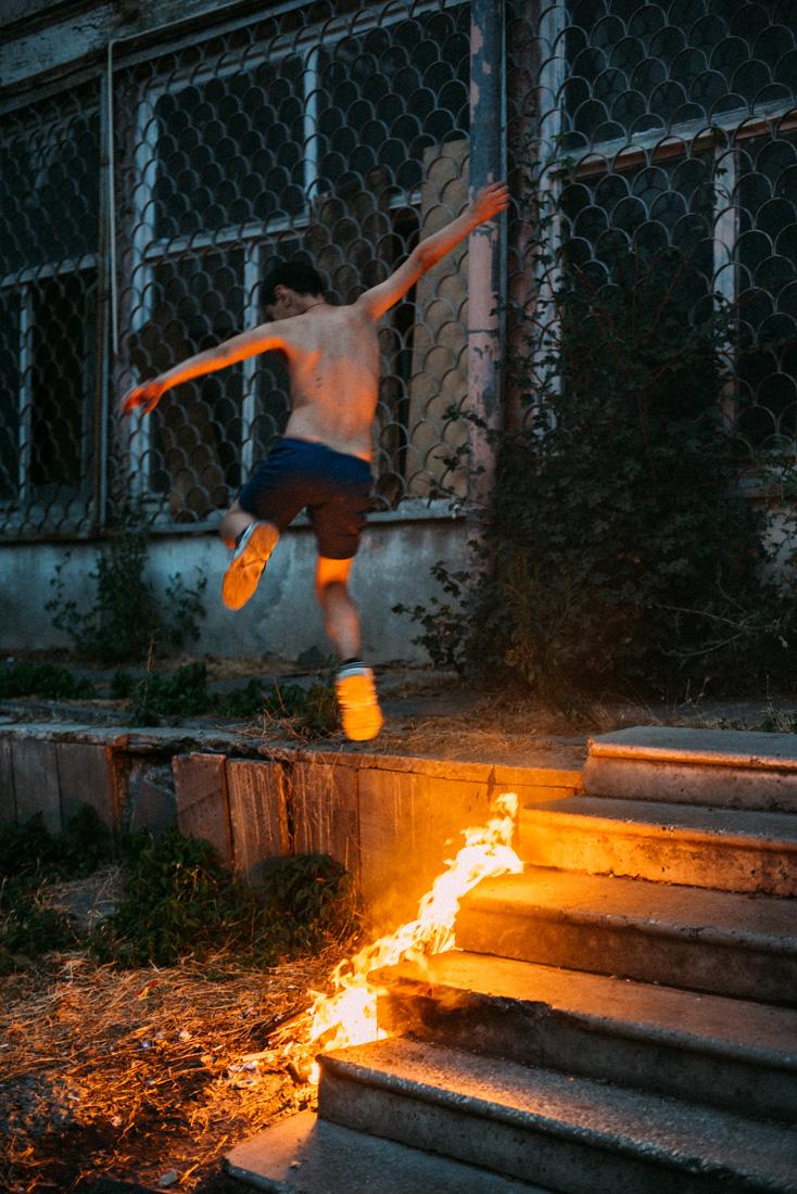Barn som leker med eld på Tbilisis gator reseblogg