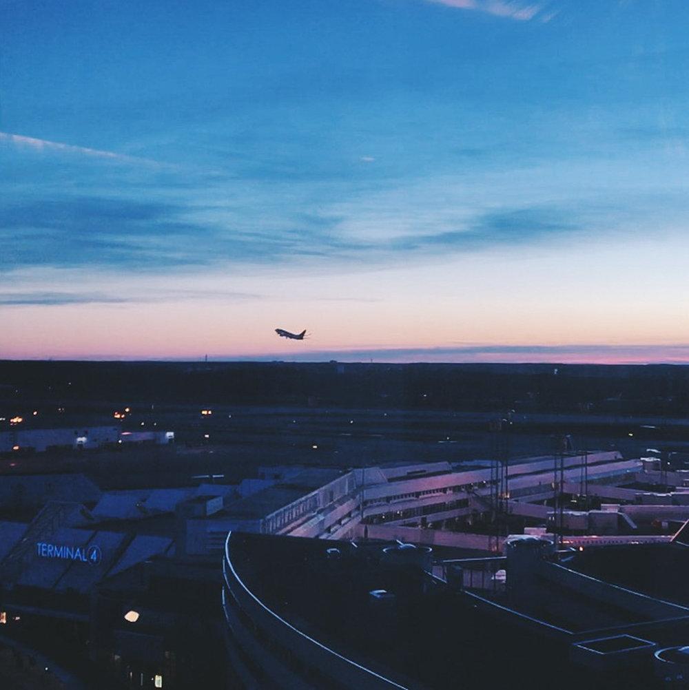 Utsikt över flygplatsen från Kitchen & Table restaurang på Clarion hotel Arlanda