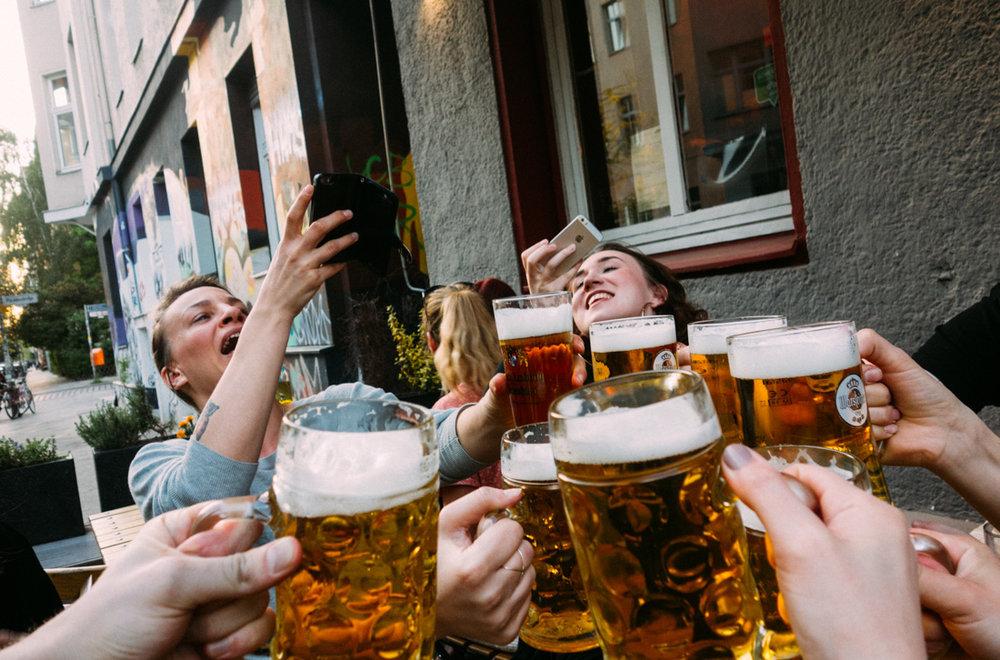Dricka öl i Berlin Kreuzberg