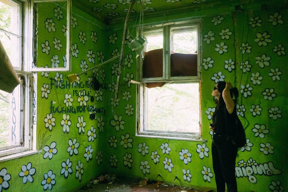 Amanda NIlsson i övergivet hus i Berlin