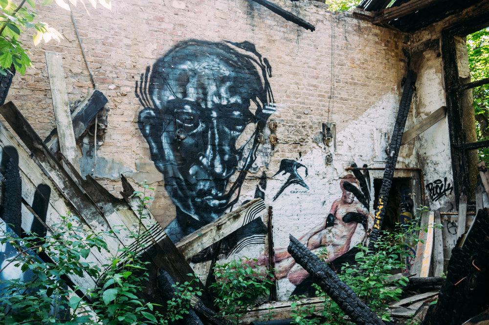 Graffiti i nedbrunnet hus i Berlin