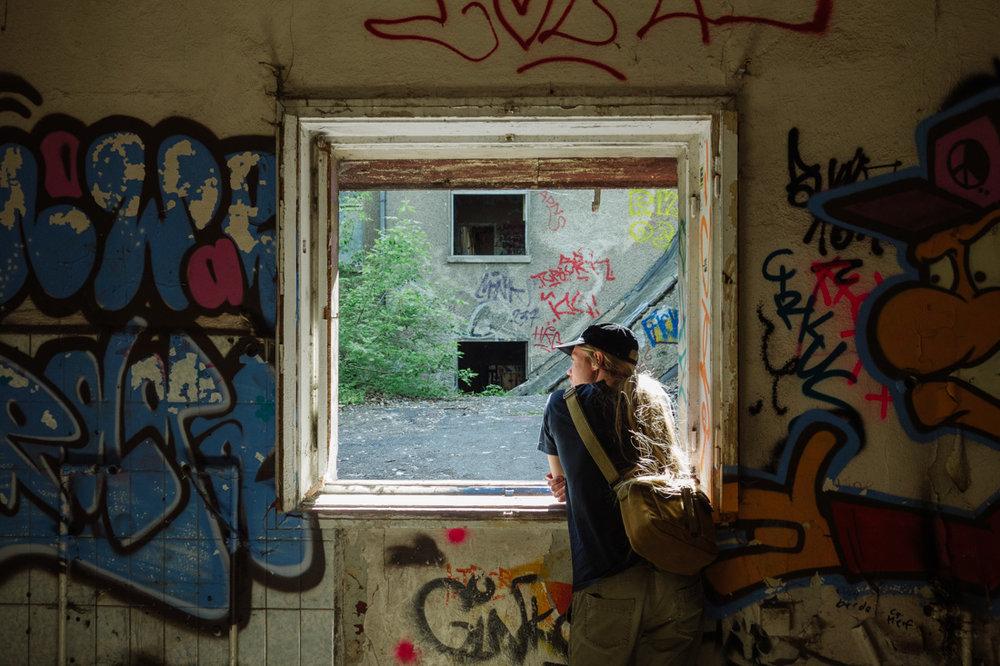 Porträtt och Graffiti i övergivet hus