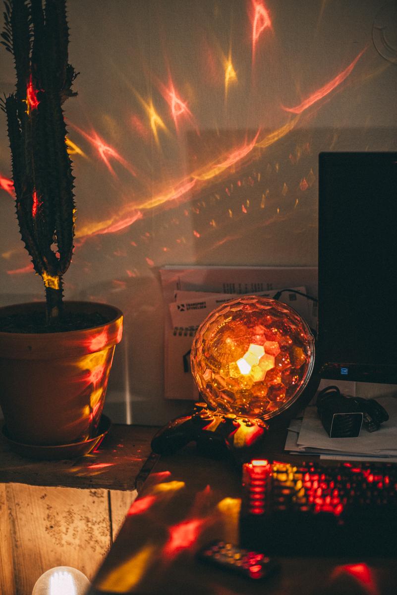 discolampa hemma i färgen röd