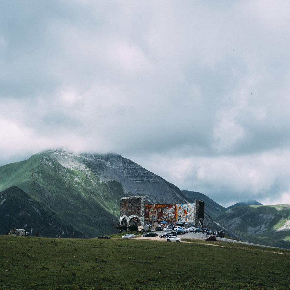 Resa runt i bergen i Georgien