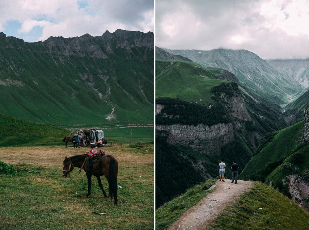 Rida häst i Kaukasusbergen u Georgien