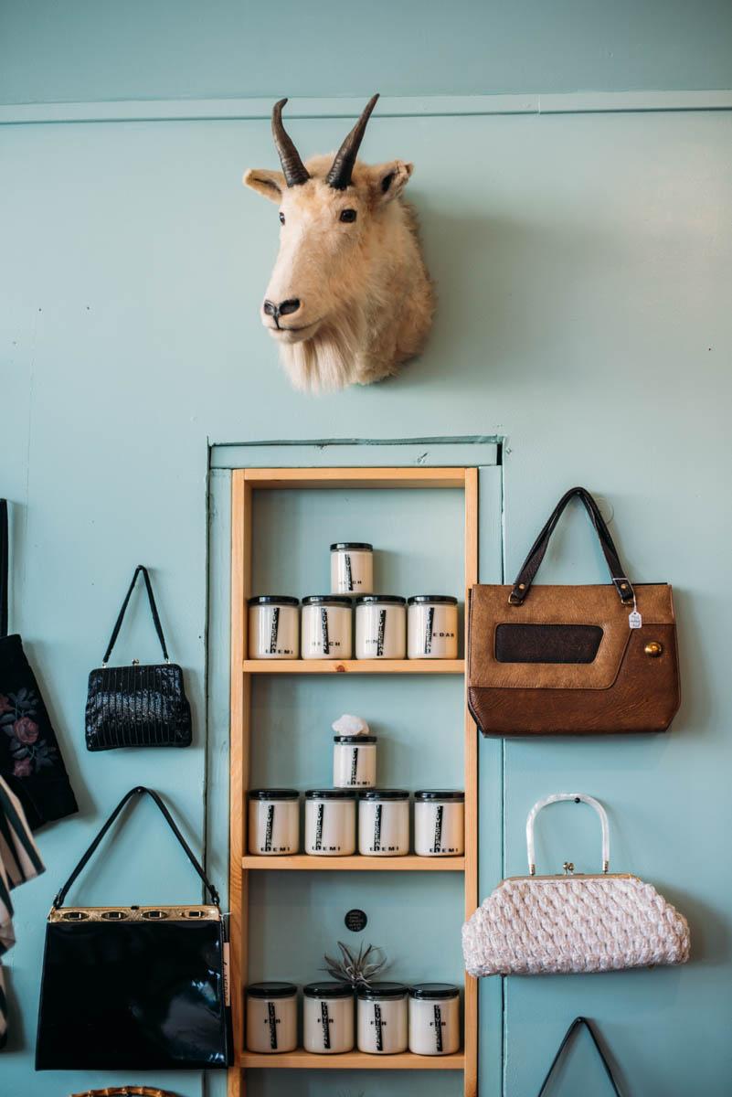En shopping guide till dig som vill hitta annorlunda butiker att besöka i Seattle med en mix av second hand och nya föremål, affären Le Merde är en av dessa.