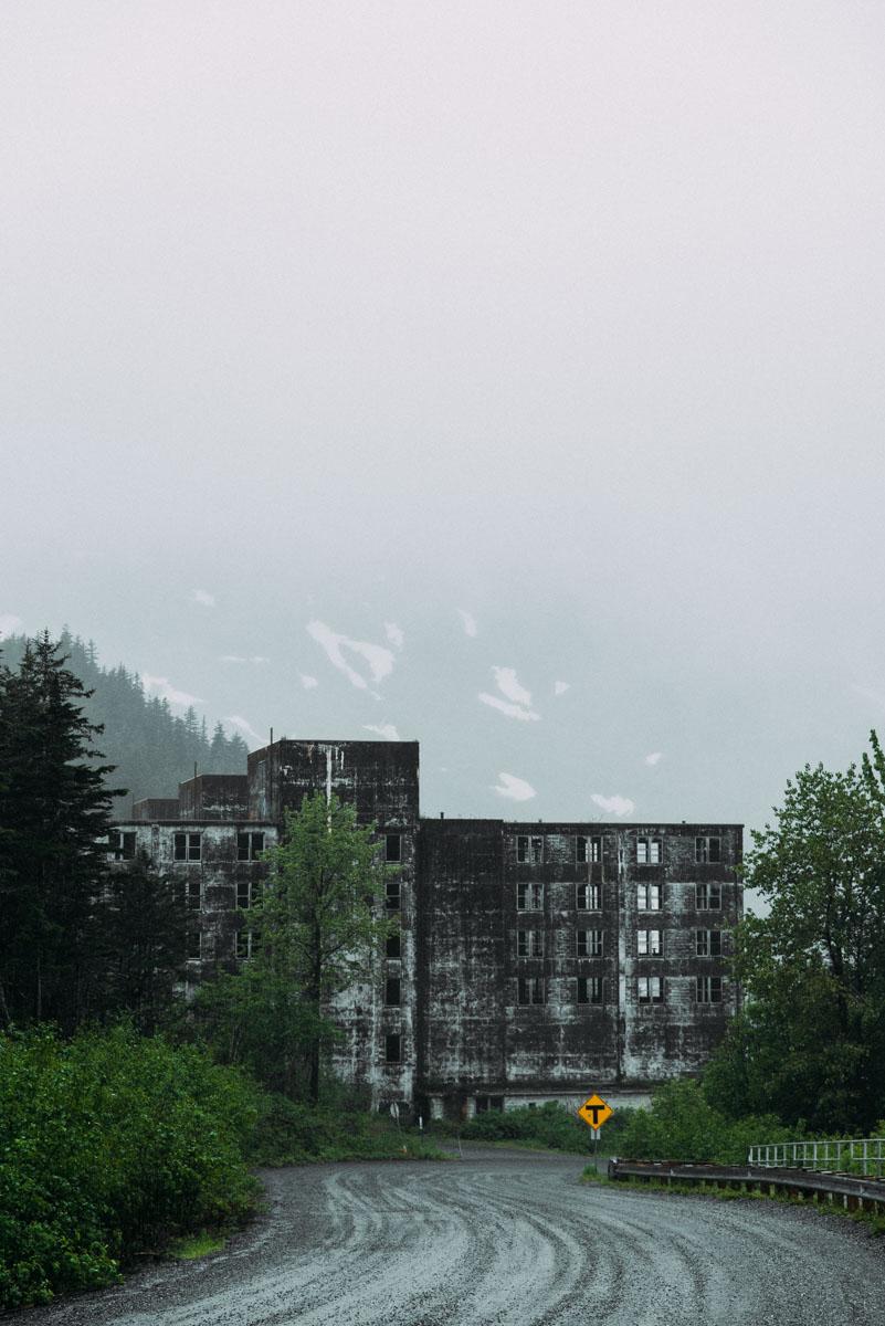 Guide till Alaskas övergivna hus där du kan hitta Whittier som är en stad där alla bor i samma höghus.