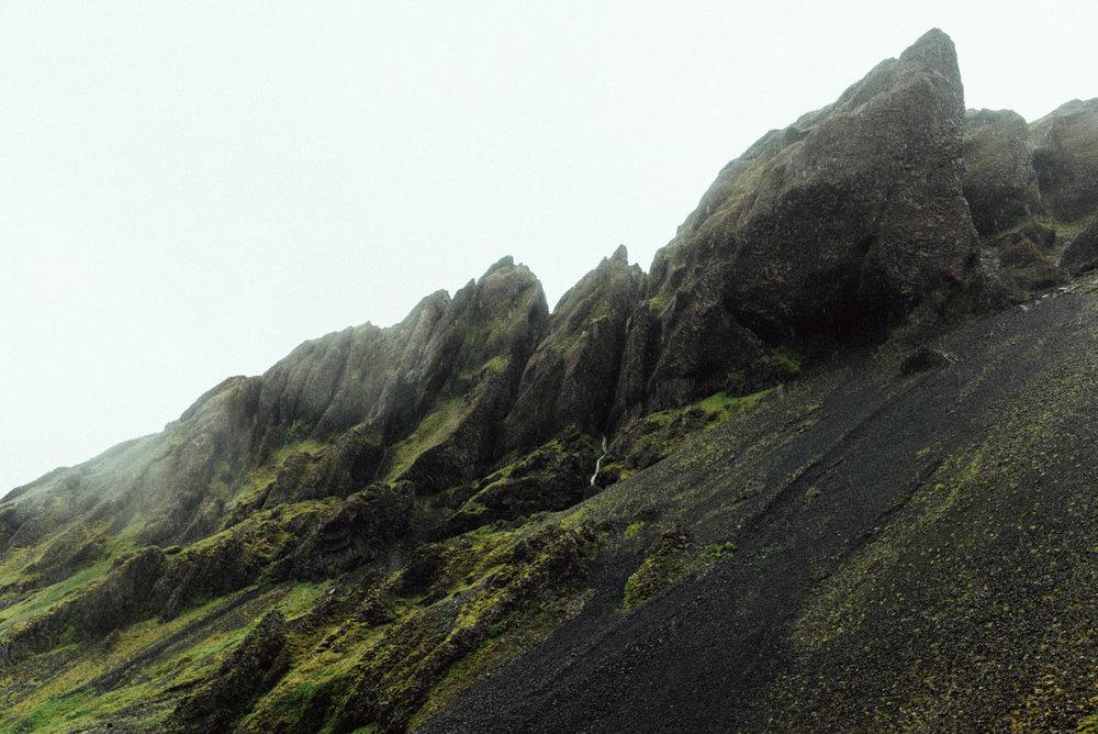 Seljavallalaug är ett tips på saker att se när du mellanlandar på island och reser på ön södra sida på en dagsutflykt från Reykjavik.