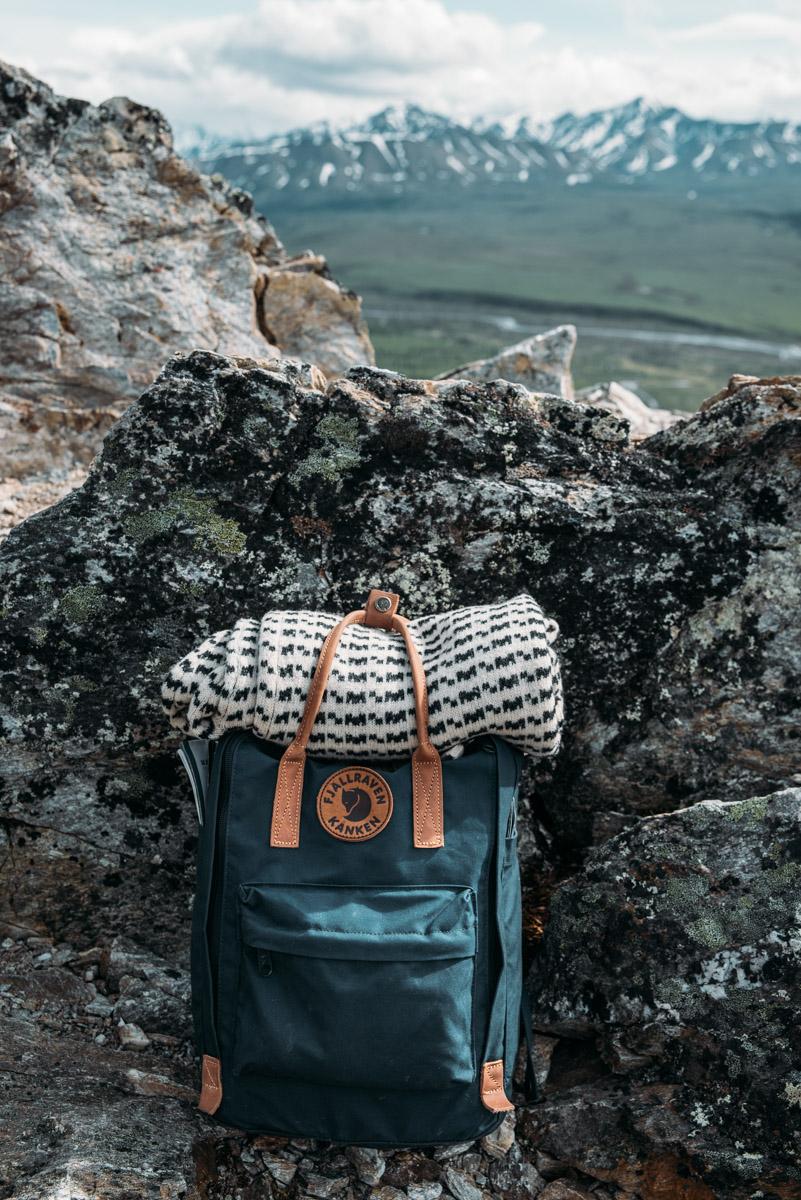 Fjällräven ryggsäck på vandringsleden Savage Alpine trail i Denali national park i Alaska