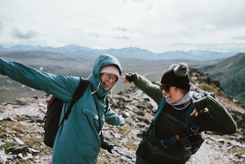 Sofia från fantasiresor och katarina från äntligen vilse vandrar vandringsleden Savage Alpine trail i Denali national park i Alaska