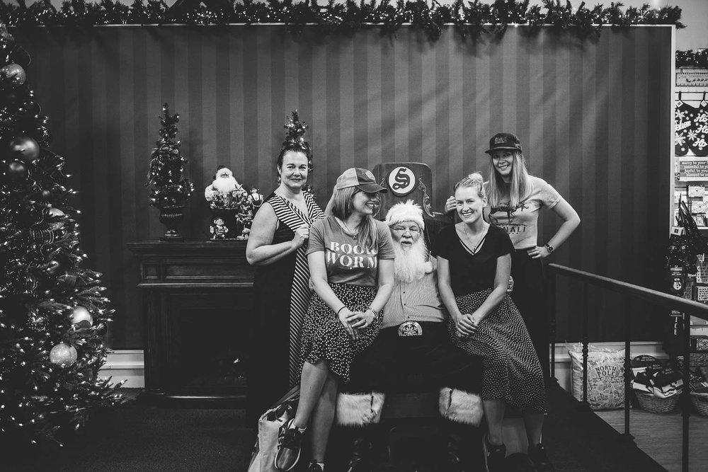 sitta i jultomtens knä i Santa Claus house i North Pole Alaska