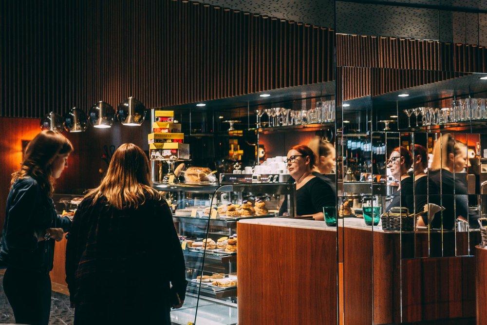 Fika på Lukullus cafe i Warszawa för dom bästa bakverken och kaffet, ett tips i min restaurang och cafe guide.
