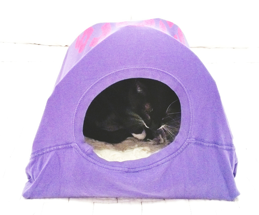 DIY: T-shirt cat tent | Freckle & Fair