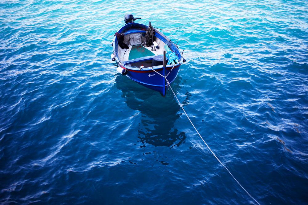 Boats in Cinque Terre, Italy | freckleandfair.com