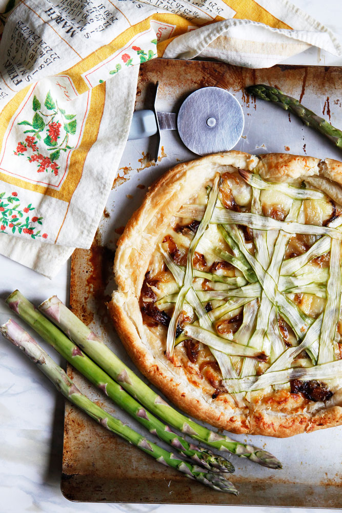 Shaved asparagus and caramelized onion pizza for spring | freckleandfair.com