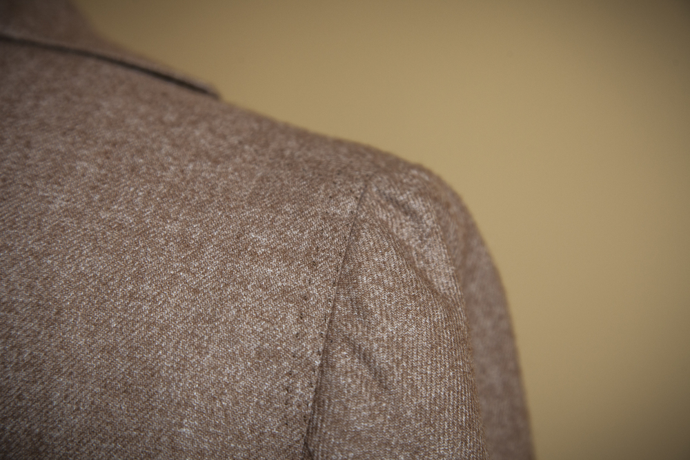Spalla camicia, a natural shoulder and keynote of Neapolitan tailoring, which can only be achieved by the hands of an artisan.  Reinforced with a double hand stitching.