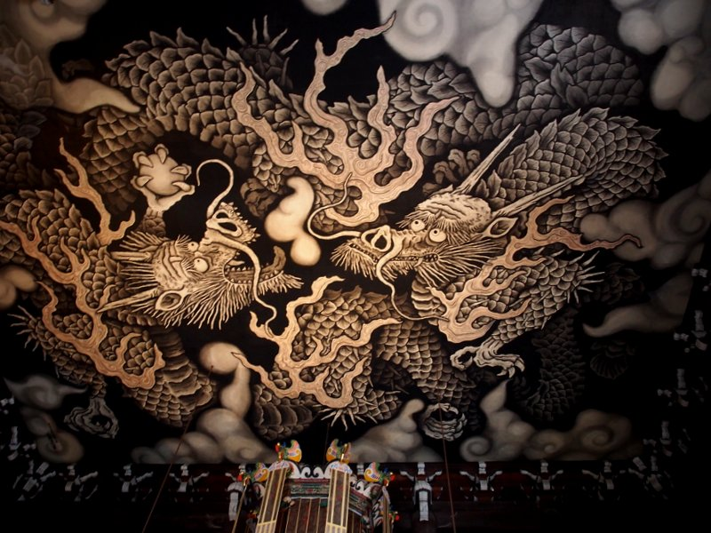 The ceiling of the main temple - this dragon enforces the buddhist laws