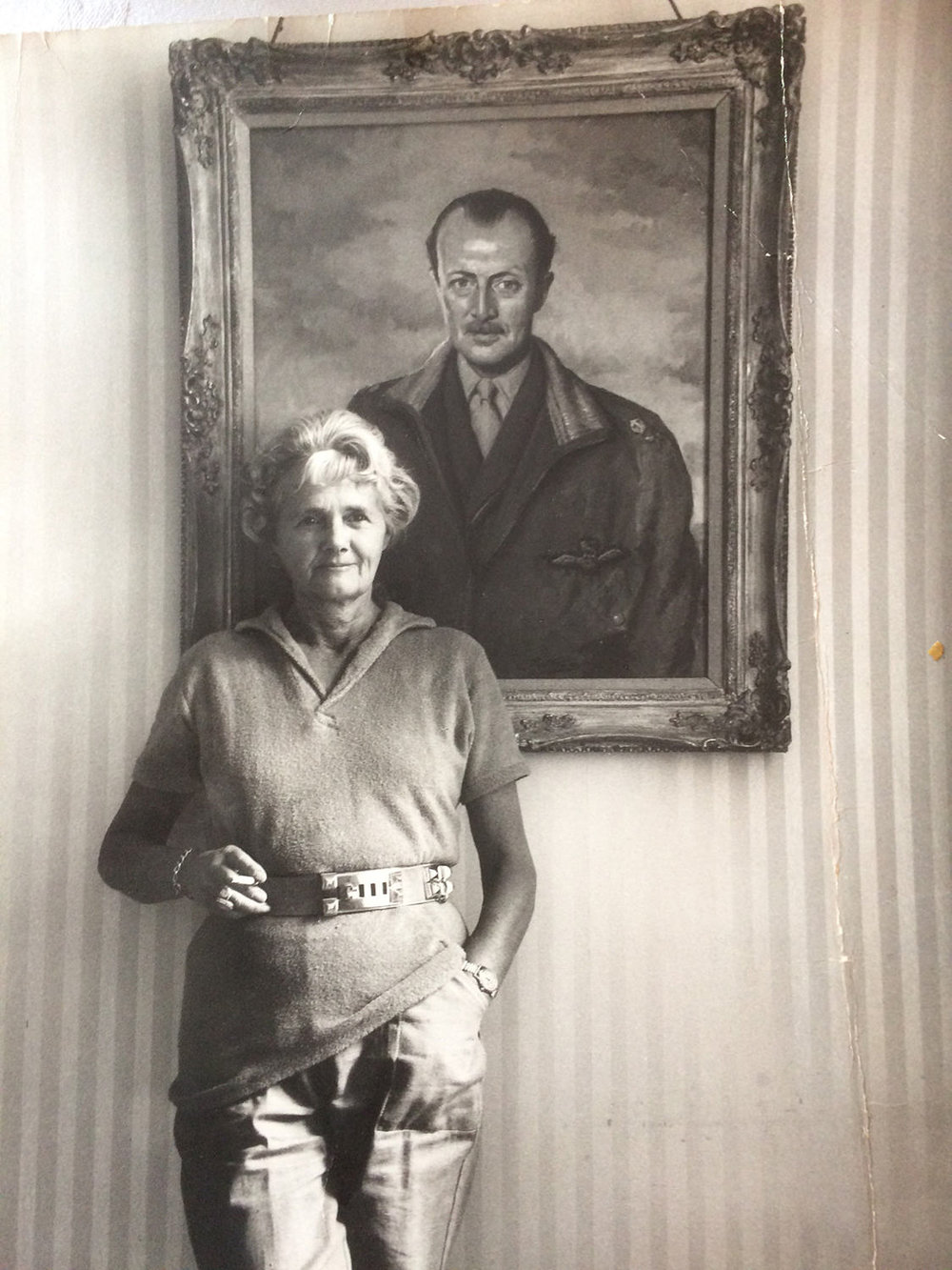 Daphne-in-front-of-a-portrait-of-her-husband-Browning.jpg