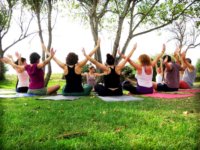 3-posturas-sentadas-yoga-aire-libre.jpg