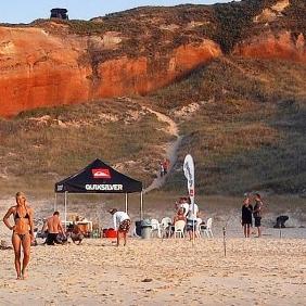 Möchtest du einen Surf Urlaub machen und gleichzeitig einen guten Zweck unterstützten? Und dabei auch noch an einem von Europas zuverlässigsten Spots surfen gehen? Das Baleal Surf Camp befindet sich auf der einzigartigen Surf-Halbinsel Peniche in Portugal und bietet dir das alles. Auf gehts, surfen lernen oder gehen inPortugal.