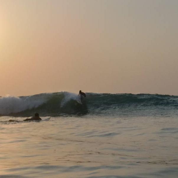 Lerne den Bureh Beach Surf Club kennen, Sierra Leone's erstes und einzigartiges SurfCamp, das seine lokale Gemeinde unterstützt. Wir schaffen Arbeitsplätze für dieeinheimische Bevölkerung und reinvestieren unsere Gewinne in die Entwicklung ihrerGemeinde.