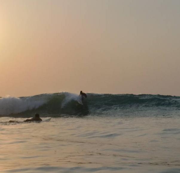 Conoce la primera comunidad de Sierra Leona que apoya los campamentos de surf, el Bureh Beach Surf Club. Esta excepcional iniciativa crea empleo para la gente local y reinvierte sus beneficios en la comunidad