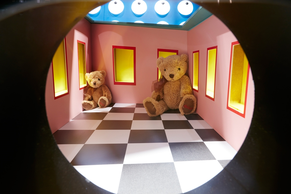 Hamleys,-RIBA,-Optical-Illusions,-Regent-Street,-Props,-Ames-Room,-Interactive-Window-Display.jpg
