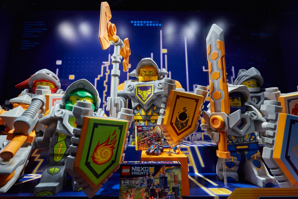 Propability,-Hamelys-Toy-Store,-Lego-Nexo-Knights,-Props-&-Sculpts4.jpg
