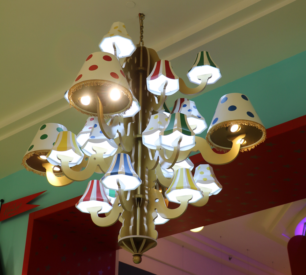 Propability,-Hamleys-Prague-Entrance-Featrues-and-Fixtures-Lighting-close-up-.jpg