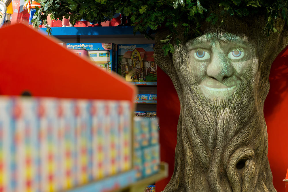 INTERACTIVE TREE - HAMLEYS PRAGUE    May 2016