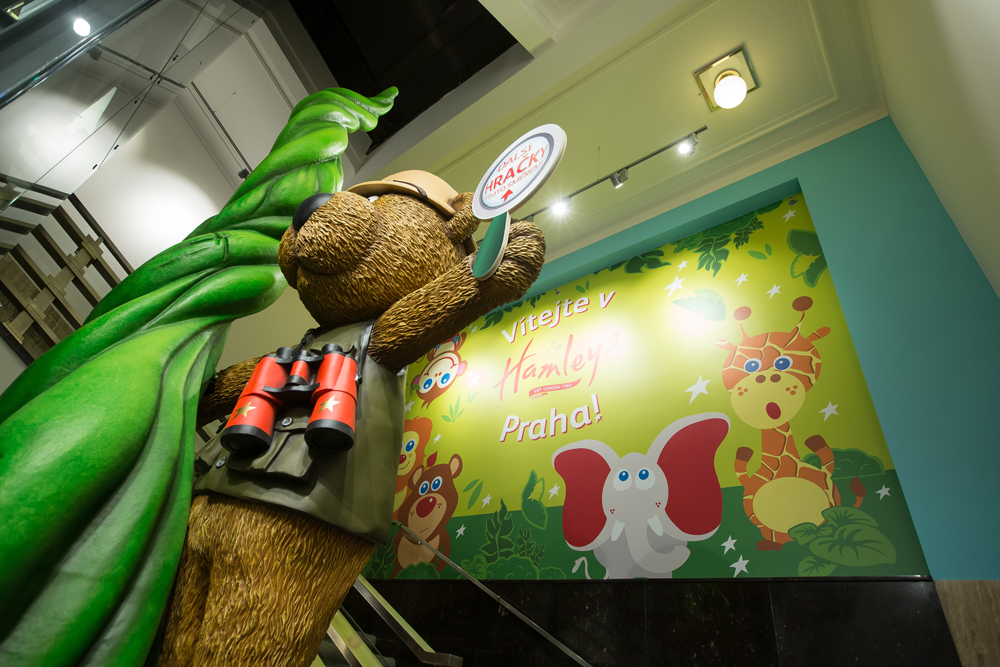 GIANT BEAR & BEANSTALK - HAMLEYS PRAGUE    May 2016