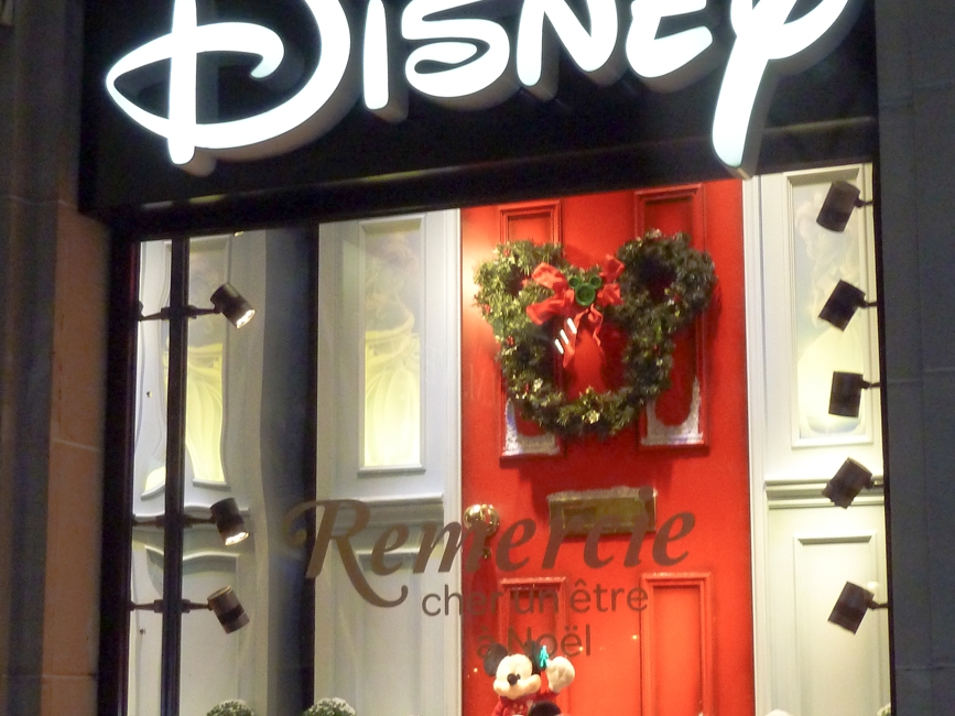 Propability,-Disney-Christmas-Door,-Sculpts,-Window-Display2.jpg