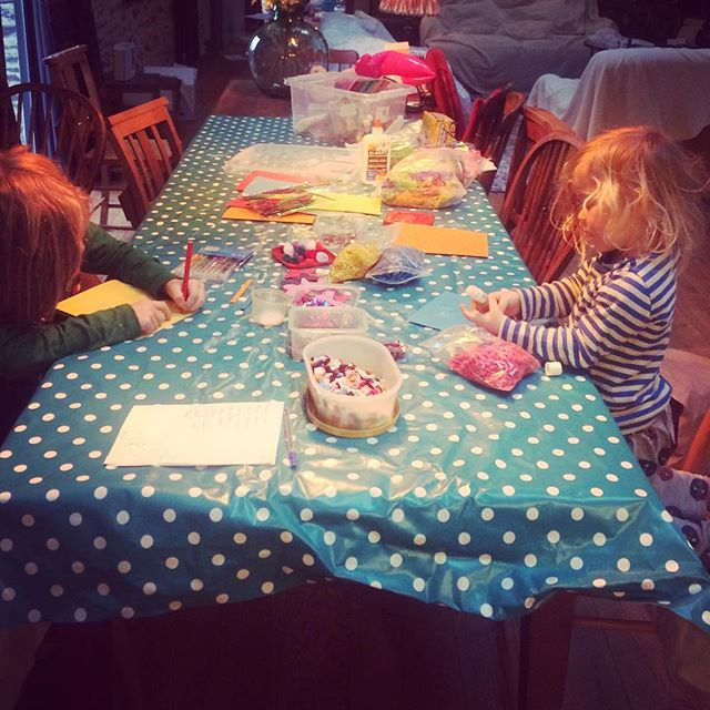 Busy baby bees. It's time to make the thank you cards and create the biggest mess of the holidays! This is one of my favourite rituals we have created, it's so important they understand the kindness they have been shown and gratitude for what they have. Plus getting mucky and creative and letting it all go without mamma fretting about the flippin curtains and new floor! Yep, easier said than done. Gulp. #devonlife #devon #artsandcrafts #christmasisntoveryet #kidscrafts #gratitude