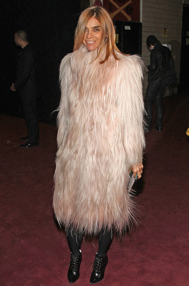 carine-roitfeld-style-evolution-feb-2009-fashion-week-fur-coat-620bes121710.jpg