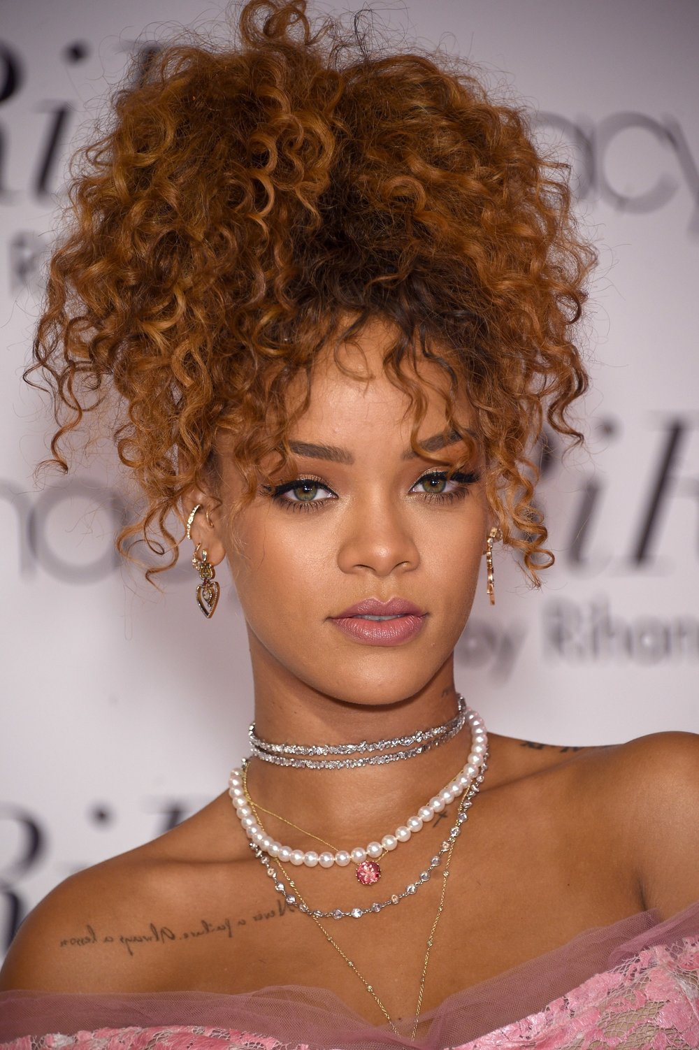 Rihanna hi curly pony.jpg