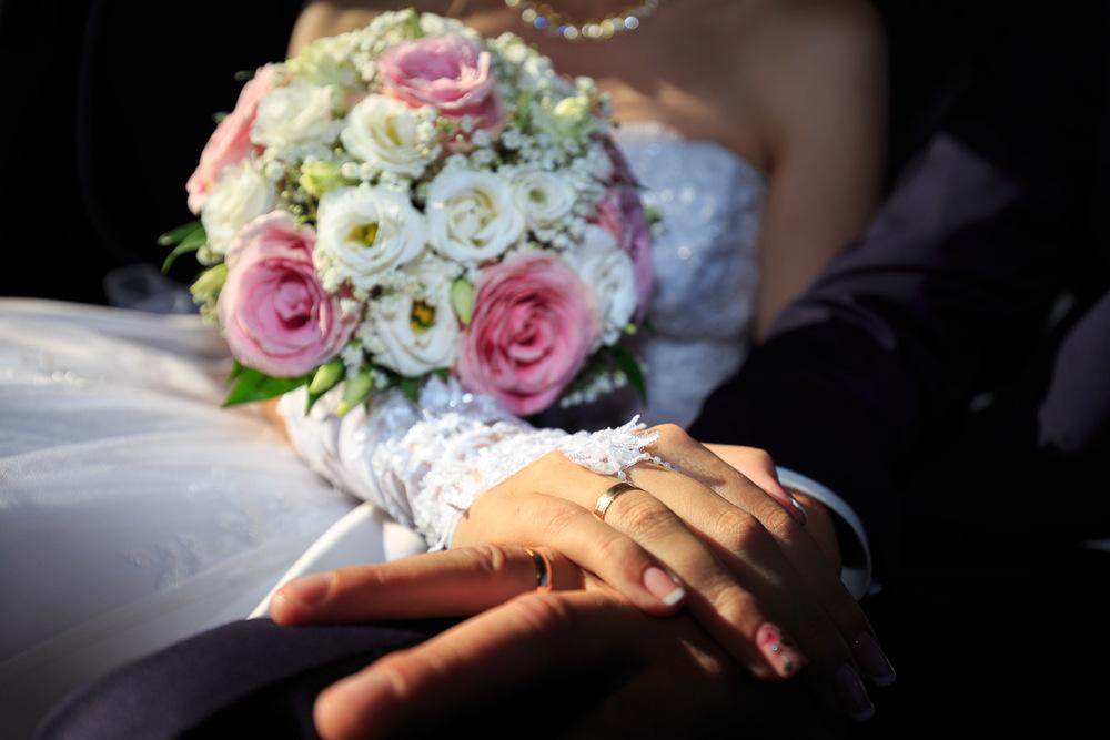 Свадебный букет и обручальные коль
