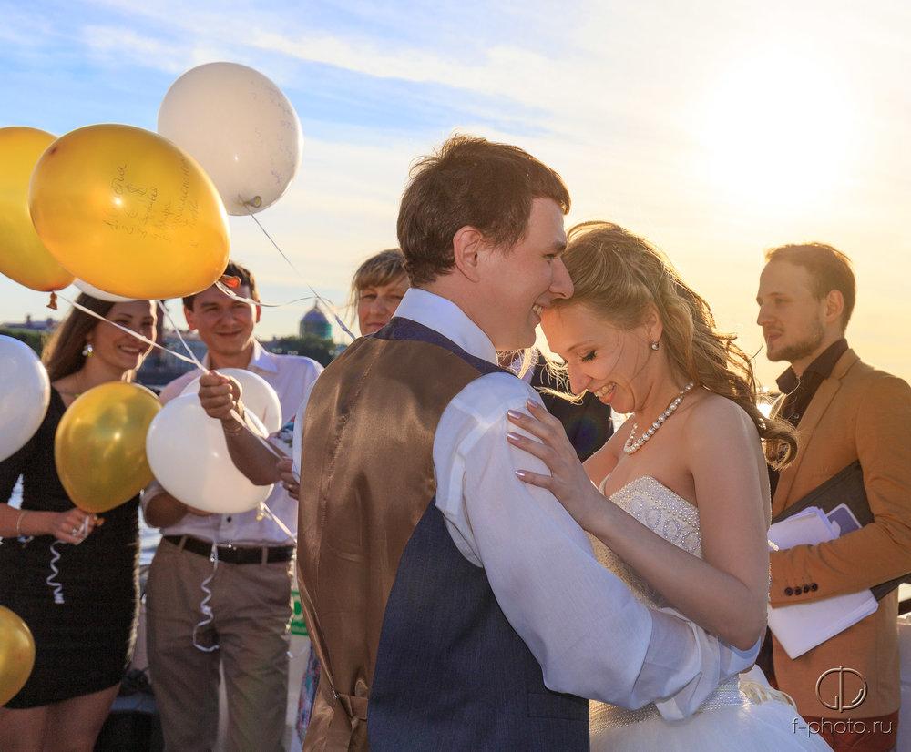 Шарики на свадьбе на теплоходе